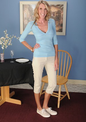 Blonde milf with big tits Brynn Hunter is showing her sexy feet