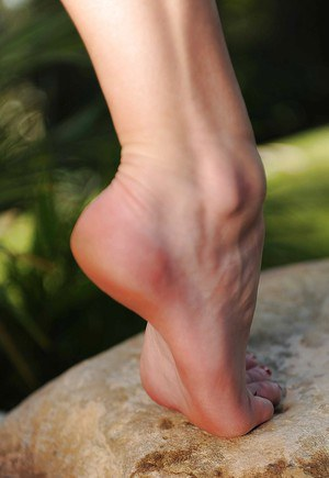 Outdoor posing session with gorgeous foot fetish babe Spencer Scott