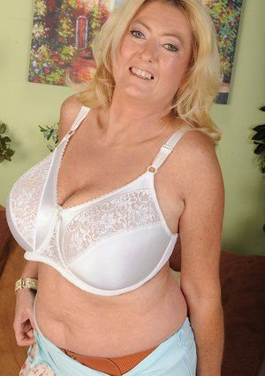Fatty mature blondie Tahnee Taylor is showing her big tits