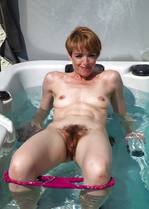 Short-haired amateur mature woman Maria takes off her swim suit