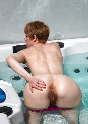 Amateur mature woman Maria presents her hairy pussy in the jacuzzi