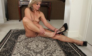 Mature blonde lady Sierra Smith demonstrates her pussy in the close up