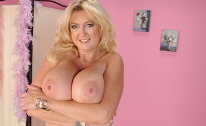 Blonde mature slut Tahnee Taylor is demonstrating her sexy ass