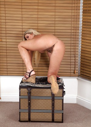 Blonde slut with an outstanding pussy Samantha Snow is showing it