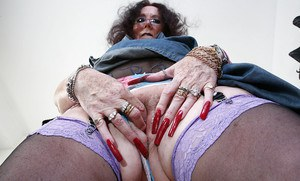 Great posing scene with an marvelous granny Zadi in her sexy stockings