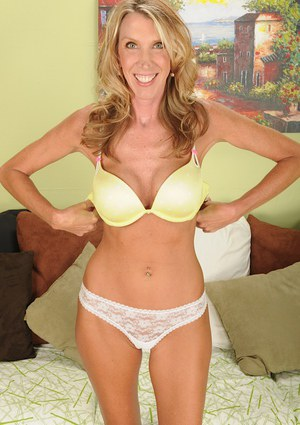 Fascinating mature blondie Brynn Hunter is showing her tits in close up