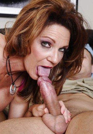 Booty mature wife Deauxma prefers banging with young sexy fellows