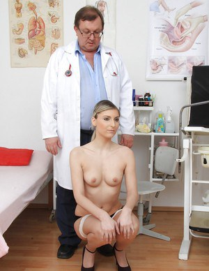 Teen girlfriend Aneta came at the elder doctor for gyno fetish orgasm