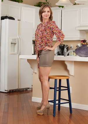 Close up posing on the kitchen featuring horny milf Melissa Rose