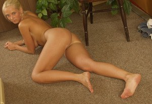 Superb amateur girl Lucie is posing absolutely naked at her chair