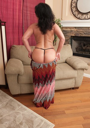 Booty mature Pepper Ann talking dirty and playing with her snatch