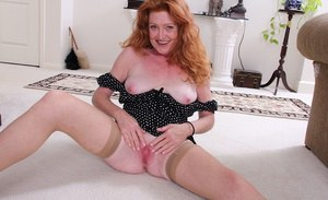 Wonderful mature babe Veronica Smith in a hot posing scene