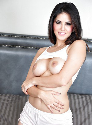 Alluring babe with yummy forms Sunny Leone needs to play with her snatch