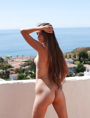 Amateur skinny babe with tiny tits shows her ass and pussy outdoor