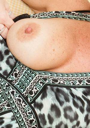 Mature Felicity loves to shows her titties and pussy close up