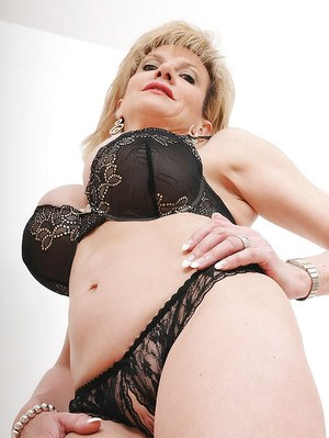 Bright mature Lady Sonia needs to finger her snatch a little