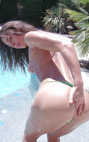 Sexy model Naomi Russell showing big round butt at the pool