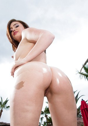 Huge ass white babe Jodi spreading her poled ass outdoor