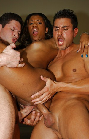 Ebony slut with big ass Syndee gets a hardcore and deep double penetration
