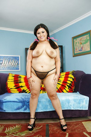Stunning fatty brunette Tyung spreading that awesome pussy