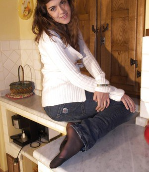 Brunette bitch Giorgia wearing pantyhose and showing her sexy feet