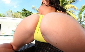 Shae Summers is ready to show her big tits and her sexy bikini