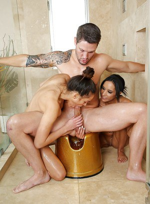 Wet Asian Tia Cyrus is having an awesome threesome with Leilani Gold