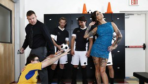 Bonnie Rotten is taking part in a crazy gangbang groupsex action