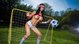 Erica Fontes is showing off with her girlfriend while playing soccer