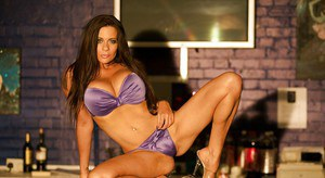 Naive pornstar Linsey Dawn McKenzie is ready to pose on camera