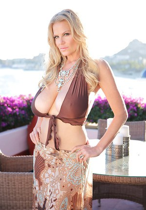 Mature bikini model Kelly Madison is demonstrating her ass outdoor