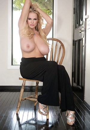 Big tits blonde amateur lady Kelly Madison showing off her ass