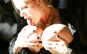 Big tits milf chick Kelly Madison loves spreading her legs on camera
