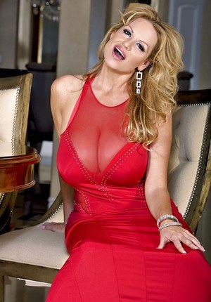 Amateur mature Kelly Madison reveals her natural saggy tits
