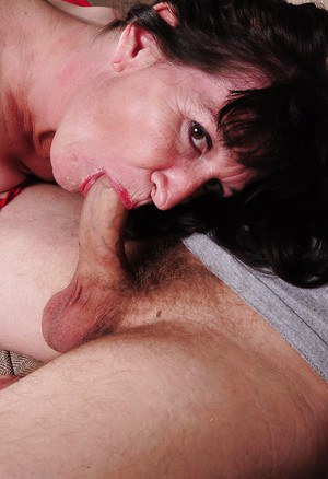 Brunette mature lady Anna does an amazing blowjob to her lover