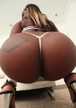 Harmonie Marquise reveals her Ebony ass in white yoga pants