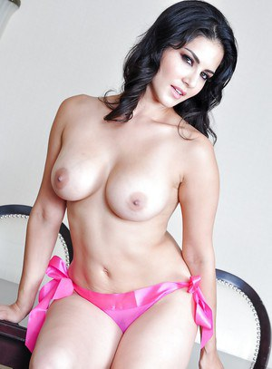 Indian Milf Babe Sunny Leone Demonstrates Her Big Tits In High Heels