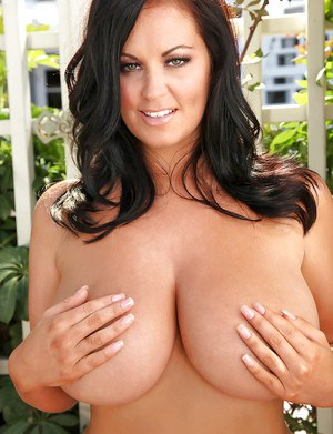 Cute babe with big tits Sarah showing her goods to everyone