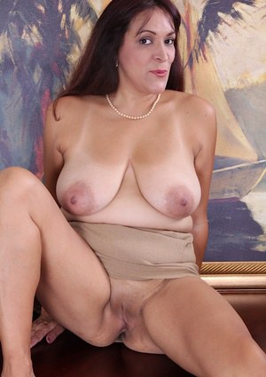 Mature slut with big tits Veronica is a great whore with sexy smile