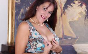 THis mature bitch is a very sexy babe, that loves to show her tits