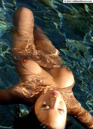 Wet babe with big tits Debra Ling dose some amazing posing outdoor