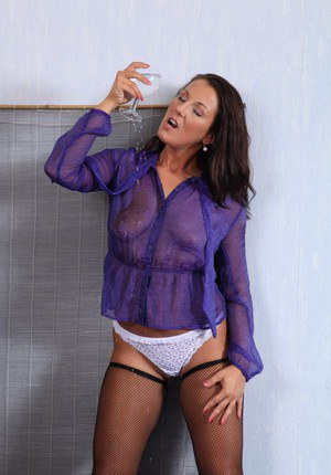 Milf babe Valentina Ross is pissing in a fishnet stockings
