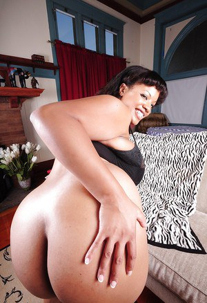 Ebony mature Betty demonstrates her fatty body, her big tits and tight ass