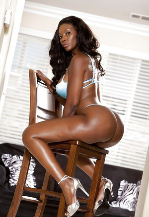 Ebony milf Naomi Banxxx demonstrates her hot body in high heels