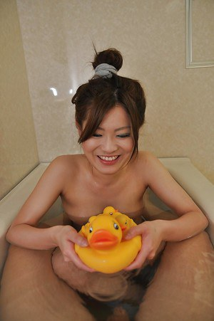 Teen Asian Hitomi Aoshima takes a hot bath and dose blowjob there