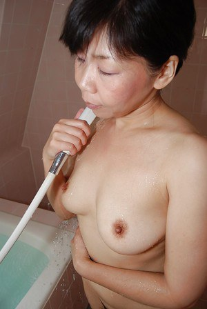 Asian milf Ruriko Hirai takes a hot bath and shows off her pussy