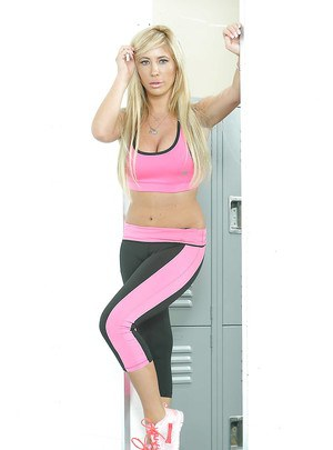 Sporty babe Tasha Reign shows off her natural big tits in yoga pants