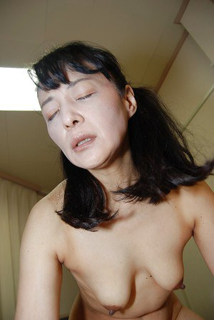 Asian mature with brunette hair Kiyoe Majima dose blowjob in bath