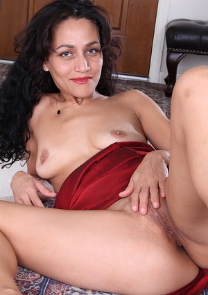 Watch that mature brunette Cielo showing her tight pussy