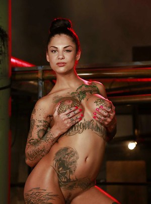 Tattooed babe with big tits and long legs Bonnie Rotten shows off